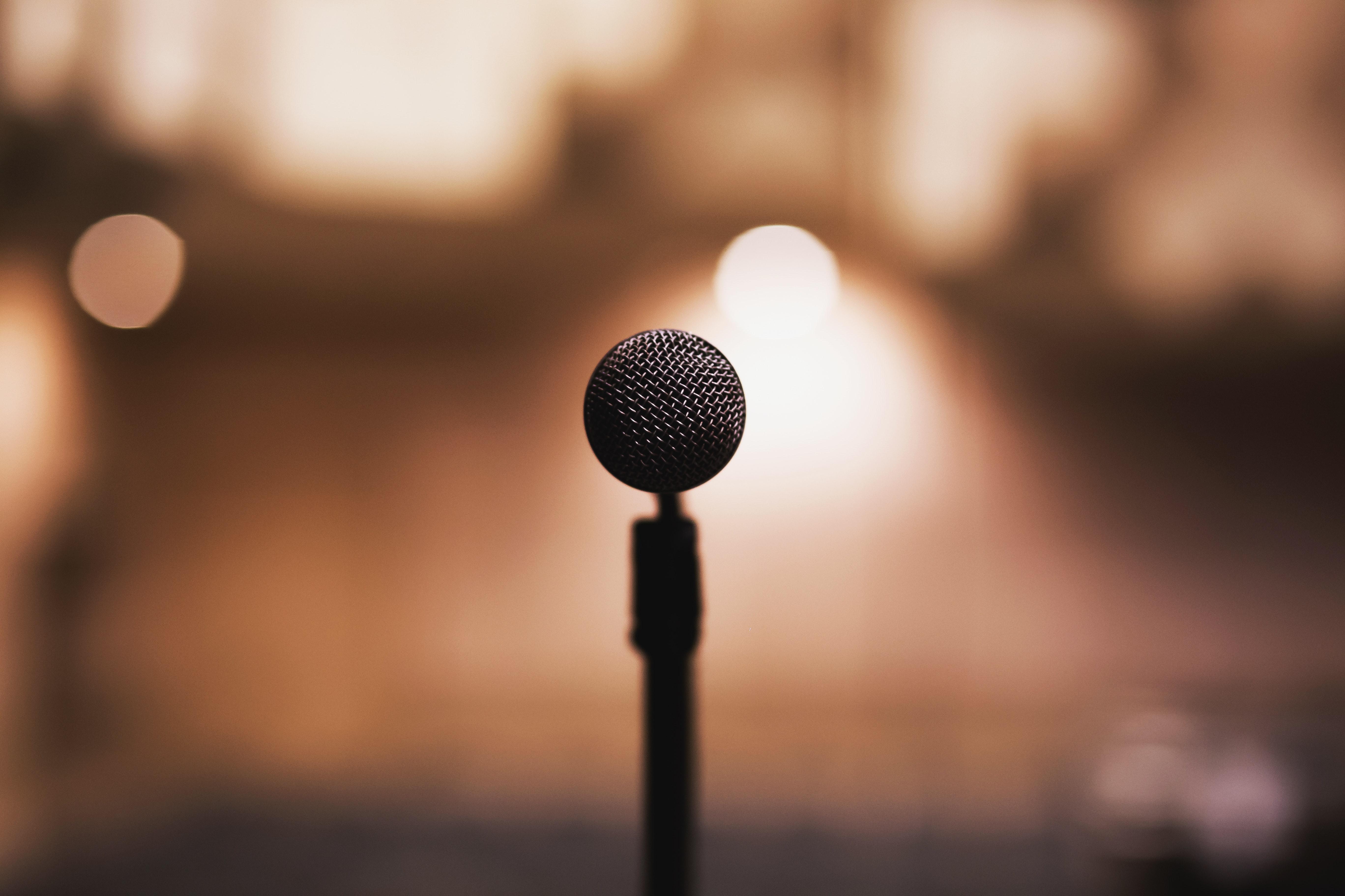 Mikrofon står alene